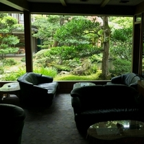 喫茶コーナーから眺める日本庭園