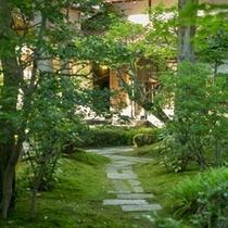 離れ延命閣へと続く日本庭園
