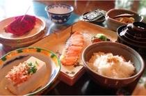朝食例。沖縄の家庭料理が好評です