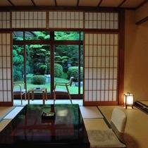 【庭園を望む客室】(一例)庭園を囲むように配された客室。窓辺の席は2人だけの特等席です。