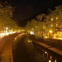 城崎温泉、夜の街並み(川辺)