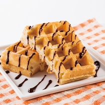 ◆ワッフルはチョコソースで更に美味しく◆
