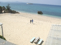 ホテル・レストラン棟からビーチを見下ろしました