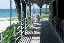 洋室とビーチの間にある廊下
