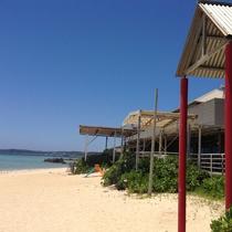 ホテル棟前の砂浜