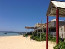 ホテル棟前のビーチ