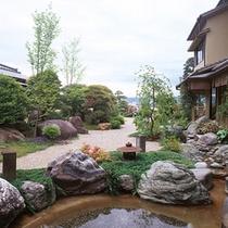 小川を配した日本庭園