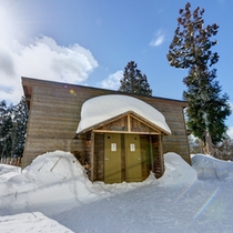 *露天風呂(離れ)/こちらは露天風呂の入口。自然の趣をたっぷり味わえる露天へ誘います!
