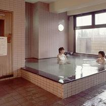 *大浴場/「樽本温泉」の湯。癖がなく、ややトロッとした湯ざわり。