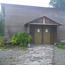 *露天風呂(外観)/本館とは別棟にある露天風呂は、外を歩いてお越しいただきます。