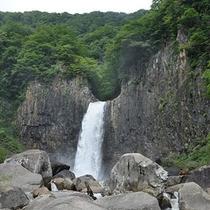 *苗名の滝/しぶきが心地よく、マイナスイオンが辺り一帯に広がっています。
