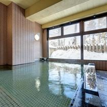 *大浴場/斑尾山の地中より湧き出る樽本温泉。かすかに薫る硫黄の香りに癒されます。
