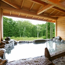 *露天風呂/マイナスイオンたっぷり!緑生い茂る癒しの景色を眺めながら。