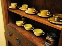 小滝陶芸さんの作品が館内を飾る