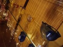 館内に飾られた主基ガラスさんの作品