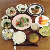 *夕食一例/ふっくらコシヒカリと見附産の新鮮な食材にこだわっています。