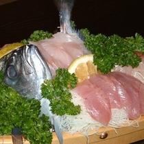 夕食には地魚の舟盛りがついてます。