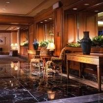 一歩ホテルに足を踏み入れると日常を忘れさせる空間が広がります