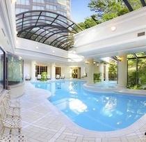 開閉式の天井を持つ全天候型温水プール