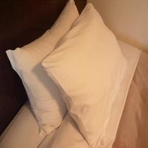 枕は日本ベットのリフワージュを使用。全室2種類ご用意してます。