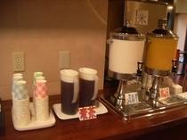 カレーや焼き立てのパンと共にドリンクサービスもどうぞ♪他にコーヒー・紅茶もございます。