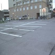 約100台駐車可能な無料駐車場も完備しております。