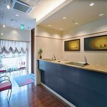 フロントに絵画やオブジェを配することで、お客様を温かく迎える空間を演出しています。