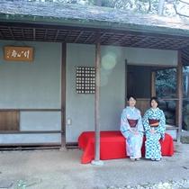2016桜まつり 庭園内の竹心庵にて。着付け体験の和服姿で庭園散策。