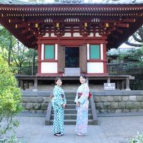 2016桜まつり 庭園内の観音堂前で。着付け体験の和服姿でお参り。