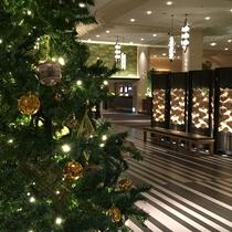新高輪ロビーに煌めくクリスマスツリー