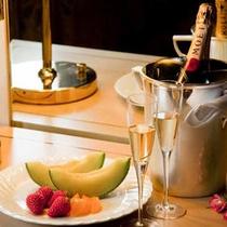 *シャンパンとフルーツ※写真はイメージです