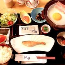 朝ご飯は10品目の和食膳。ご飯、コーヒー、牛乳おかわりOKです。