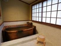 半露天付客室ダブル専用の信楽焼風呂