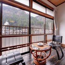 *おまかせ和室6畳(客室一例)/窓際に腰かけて、湯けむり立ち上る温泉郷を眺め、旅情に浸るひと時。