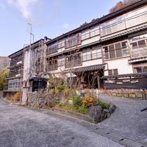 *130年以上の歴史を誇る純和風旅館。湯けむり漂う杖立温泉郷で旅情に浸る休日を。
