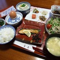 旅館の定番の和朝食をお部屋(または別個室)にてご用意いたします。