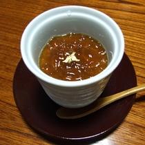 お茶屋から嫁いだ大女将が考えた甘すぎずサッパリとしたお味のプリンです。