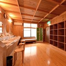 *脱衣処(石庭風呂)/清潔を心がけた脱衣スペース。貴重品は鍵付ロッカーに預けて安心。