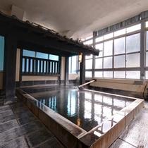 *大浴場/昏々と湧き出る源泉は98℃の弱塩泉。治癒力に優れた温泉で鋭気を養いましょう。