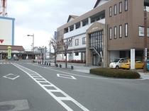 施設外観 左は八代駅