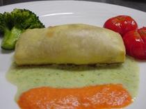 鮭のパットフィーロ包み レタスとパプリカのソース