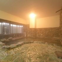 *岩風呂/肌にスーッと馴染むやわらかな天然温泉はお肌をすべすべにしてくれます。