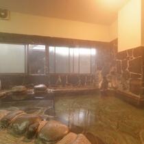 *岩風呂/湯治場として愛されてきた日奈久温泉は肌に軟らかい湯触り。美人湯としても評判◎
