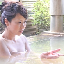 """伊香保の名湯""""黄金の湯""""を堪能できる露天風呂は開放感抜群!"""