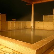 伊香保の名湯「黄金の湯」を湛えた露天風呂(夜)