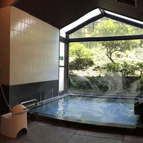 源泉かけ流しの温泉浴場。心の休日をお約束いたします。