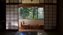 木漏れ日があたる静かな和室①
