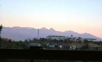 南側客室から見る夕暮れの八ヶ岳
