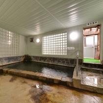 *男湯/泉質は炭酸水素塩泉。肌を包む泡が癒しの湯浴みへ導く。ほんのり薫る硫黄の香りも◎