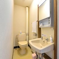 *和室10畳(客室一例)/簡素ではございますが、お部屋にトイレを完備いたしております。